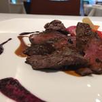 レストラン ヒロミチ - フォンドシュヴルイユが雑味ないところなど素晴らしいソース。赤ワインとマデラをいいバランスで効かせたソース。鹿は軽く熟成かけて香りを出すのが個性的か。