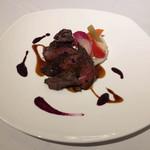 62141690 - 蝦夷鹿腿肉のロティとコショウを効かせた薄切りのグリエ、鹿のジュ、山葡萄のピュレ
