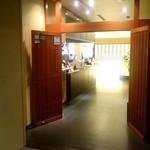 桜茶寮 - 入口の向こうは広々とした店内