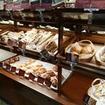 ブーランジェリーブルディガラ - 魅力的なパンが沢山