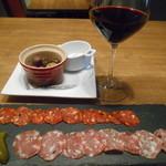 62149062 - ワイン、サラミ、オリーブ