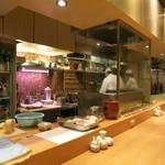 赤坂あじさい - カウンター席とオープンキッチン