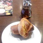62157614 - チャームのパンとメイプルシロップ