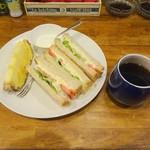 ジジーズ & ババーズ - モーニングタイムセットのたまごサンドとコーヒー