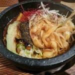 ごまる - きしめんの様な平打ち麺(石焼担担麻婆麺)