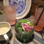 モクオラ ディキシーダイナー - サラダ、スープ、ピンクレモネード