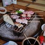 鎌田鳥山 - わくわくしながら網に乗せて焼いていく