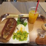 天神ビービー・キュイジーヌ - メニューの中から選んだのは朝食メニューの中からBBドッグセット600円に飲み物150円をセットにした朝食メニューです。