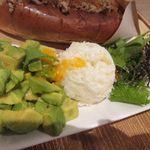 天神ビービー・キュイジーヌ - BBドックのサイドメニューはミックス野菜の他2品選べるんでアボカトとポテトサラダを選んでみました。  ポテトサラダには柚子胡椒が使ってあってちょっとピリ辛風に仕上げてあります。