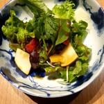 62181875 - 季節のフルーツを使ったサラダ