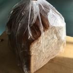 62182697 - 胚芽と胡桃のロースト食パン