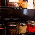 長浜ラーメン 風び - カウンターの調味料類は二階建て