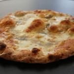 Via Lucca イタリアン&クラフトビール - 4種チーズと蜂蜜のピッツァ