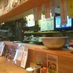 とん亭 - カウンターと厨房