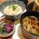 川久 - 食事「イカと大根の炊き込みごはん」と「赤だし」、「蕪菜・紫キャベツの漬物」
