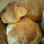うめわかカフェ - 手前から、もちもちくるみパン。プチクロ、塩パンです★