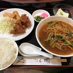 つる園 - 日替わりラーメンセット ¥780 ・日替わりはピリ辛ラーメン。唐揚げが主役!