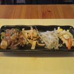 餃子酒場カノウ - 豚肉、春雨、五目野菜の中華炒め、揚げワンタン、もやしのナムル、フジッリのサラダ