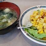 ブリランテ - セルフのお味噌汁とサラダ