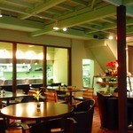 Cafe ALIVE - 明るい陽が差し込む開放的な店内
