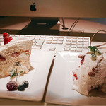 ゴールデンチャイルドカフェ - ▲左がゴルチャショートケーキ、右がベリーチーズティラミス
