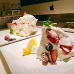 ゴールデンチャイルドカフェ - ▲奥がゴルチャショートケーキ
