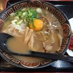 徳島らーめん ひろ家 - 徳島らーめん肉入り中盛+生卵(760円)
