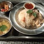 タイ料理 あろいなたべた - カオマンガイ+カラアゲ(720円)