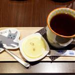 猫衛門 - 紅茶に添えられたお皿も猫様