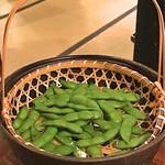 山形長屋酒場 - 枝豆はテーブル上で熱湯に浸されます。