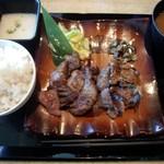 牛紋 - 厚切り牛タン&カルビ定食(1590円)