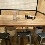 ラーメンムギュ - テーブル席