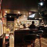 チョップスティック デ 麺 - 店内のテーブル席の風景です