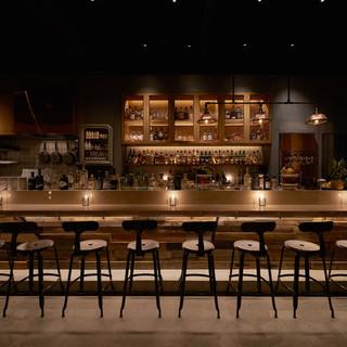 作業場がコンセプト。ライブ感溢れるオープンキッチン&バー