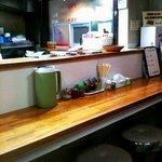 餃子の丸満 - 2010/12/26 カウンター越しにお土産販売窓口を見る。