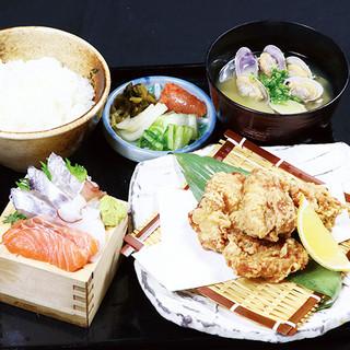 魚バカ一代 大漁旗 - 《ランチ》鳥の唐揚げとミニ刺身定食