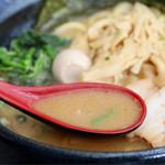 八段 - こってり濃厚な豚骨醤油スープ