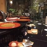 割烹 天ぷら 三太郎 - 円形のカウンター