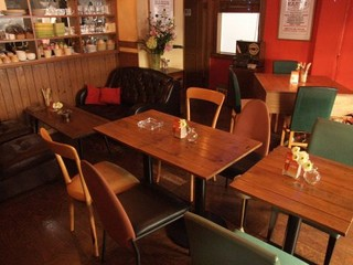 KARON - カウンター7席、テーブル14席。ソファーでのんびりくつろげます♪