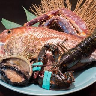 活きたまま鉄板で焼き上げる鮮度抜群の魚介類