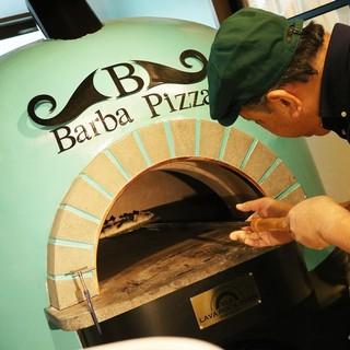 大きな石窯で焼くピザやアヒージョ
