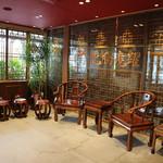 喜神菜館 - 入ってすぐの待合い