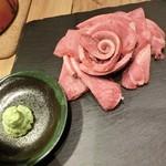 豊後牛ホルモン こだわり米 匠 - タンモト/豊後牛タン1290円。大輪のバラの花~♪