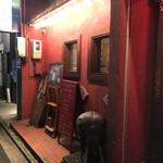 ワルン プアン - 赤い外壁が目印