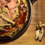 瓦そば と 珈琲と シガ食堂 - ベーコンと四種のきの(チーズ)広島風お好み焼き