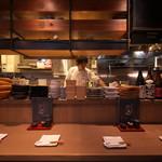 かいえん 海鮮と日本酒の専門店 - カウンター席からは調理光景が見え、ライブ感が味わえます。
