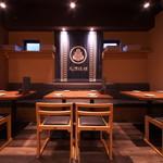 かいえん 海鮮と日本酒の専門店 - 各種宴会等に最適の落ち着いたテーブル席。