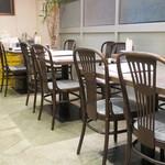 ラーメン華 - テーブル席の様子