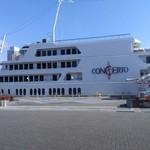 62260176 - この船です☆乗る前に一服したい人はしておきましょう。受付を済ませる場所の外に喫煙所あり。