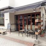 MONZ CAFE - 参道沿いに溶け込む外観